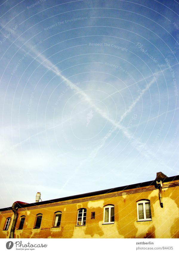 Luft {f} (Abstand, Spalt, Spielraum) = play Schleier Cirrus Kondensstreifen Haus Baracke Fenster scheckig Dunst Alkoholisiert Nebel Fenstersims verfallen Himmel