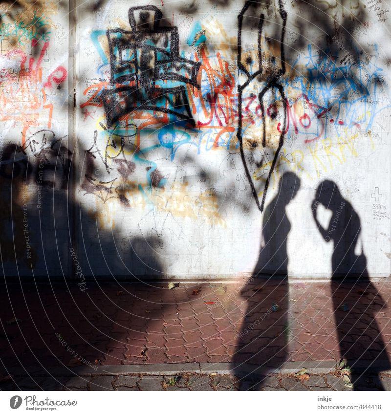 Dialog Lifestyle Mensch feminin Frau Erwachsene Freundschaft Jugendliche Leben Körper 2 Gebäude Mauer Wand Fußweg Bürgersteig Zeichen Schriftzeichen Graffiti