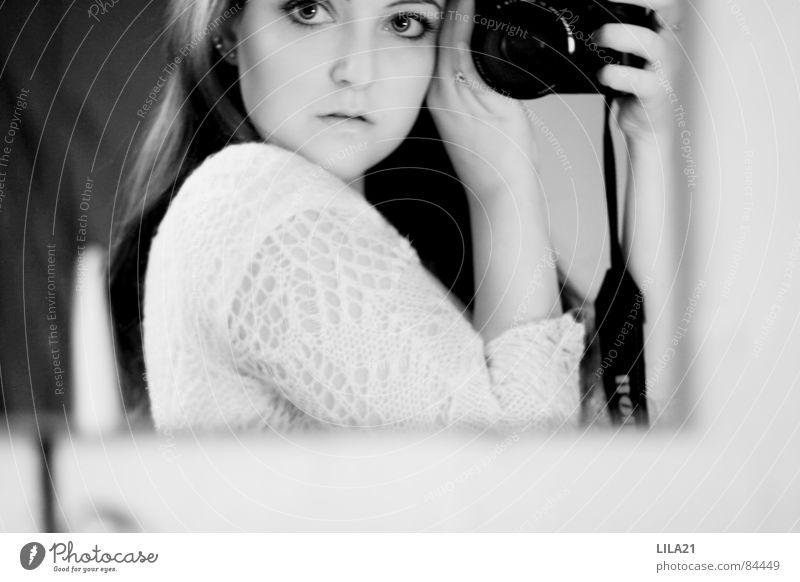 Camera obscura Frau Selbstportrait Spiegel erschrecken Vorsicht Innenaufnahme sorgfältig Spiegelbild achtsam Fotokamera behutsam Dame sorgsam Kunst