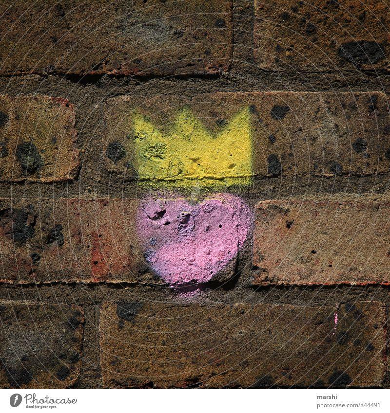 I love the queen Lifestyle Freizeit & Hobby Stadt Mauer Wand Zeichen Graffiti gelb rosa Gefühle Stimmung Stein London Krone Herz Kunst kunstvoll König