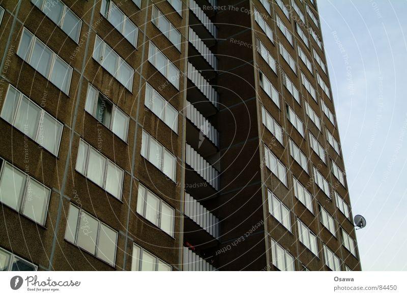 Schöner Wohnen 12 Arbeitsloser Berlin Sowjetische Besatzungszone Lichtenberg Plattenbau Haus Gebäude Balkon Fenster Fassade Ostzone Besitz DDR Deutschland