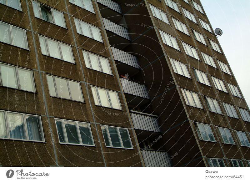 Schöner Wohnen 13 Arbeitsloser Berlin Sowjetische Besatzungszone Lichtenberg Plattenbau Haus Gebäude Balkon Fenster Fassade Ostzone Besitz DDR Deutschland