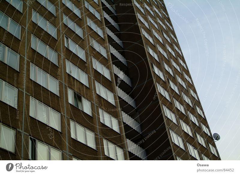 Schöner Wohnen 14 Arbeitsloser Berlin Sowjetische Besatzungszone Lichtenberg Plattenbau Haus Gebäude Balkon Fenster Fassade Ostzone Besitz DDR Deutschland