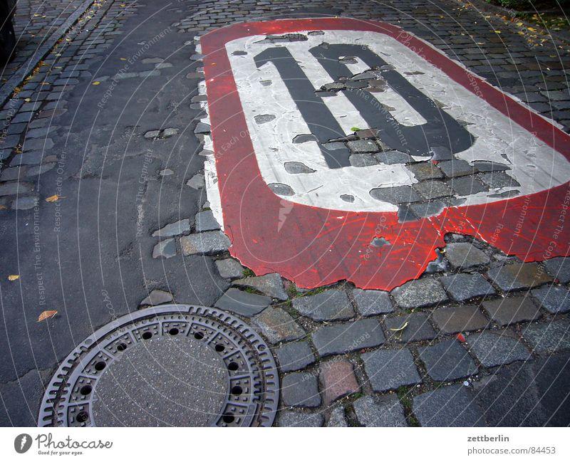 Zehn dunkel Straßenverkehr Verkehr fahren Asphalt Vergänglichkeit Verkehrswege Straßenbelag Gully krabbeln 10 schreiten Teer langsam Straßennamenschild