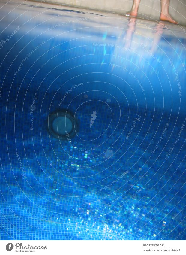 swimmingpool Wasser Spielen Beine Fuß Freizeit & Hobby Perspektive Bodenbelag Schwimmbad Luftblase Wasseroberfläche Abfluss Mosaik