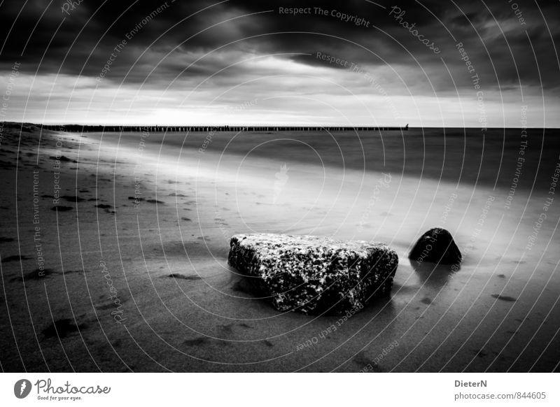 Stille Strand Meer Landschaft Sand Wasser Wolken Horizont Küste Ostsee Stein grau schwarz weiß Kühlungsborn Mecklenburg-Vorpommern Buhne Schwarzweißfoto