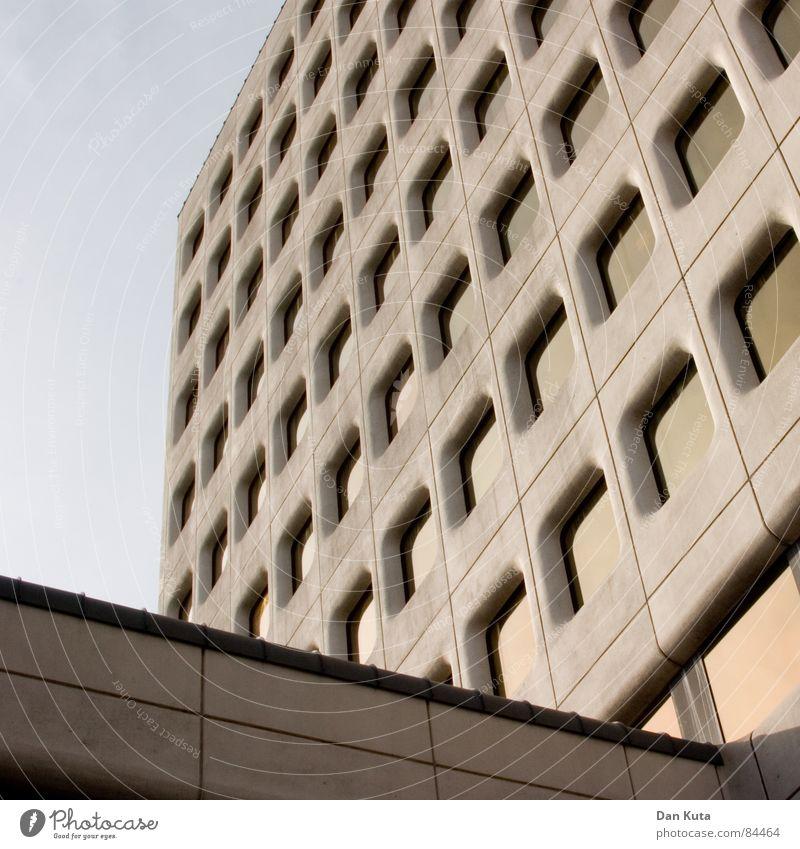 Die Verurteilten majestätisch Achtziger Jahre ruhig Strukturen & Formen Fassade Fenster grau Siebziger Jahre Gebäudereiniger modern Perspektive Himmel