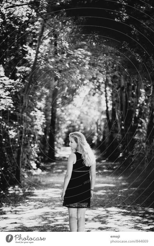 tunnel feminin Junge Frau Jugendliche 1 Mensch 18-30 Jahre Erwachsene Schönes Wetter Wald außergewöhnlich dunkel Schwarzweißfoto Außenaufnahme Tag