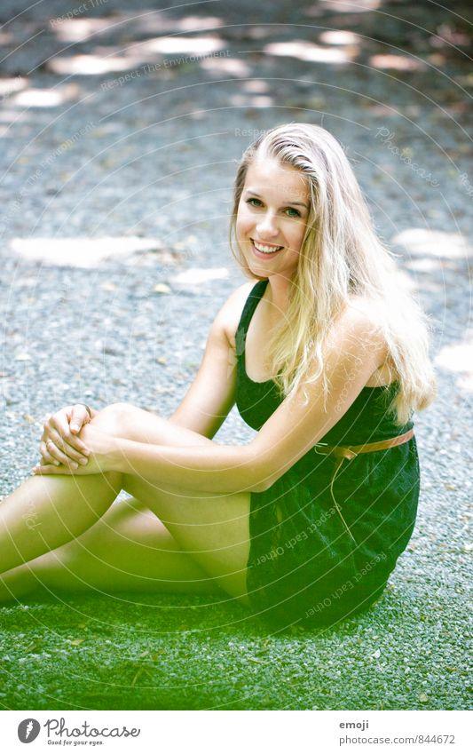 happy feminin Junge Frau Jugendliche 1 Mensch 18-30 Jahre Erwachsene blond Fröhlichkeit Glück schön natürlich lachen Farbfoto Außenaufnahme Tag
