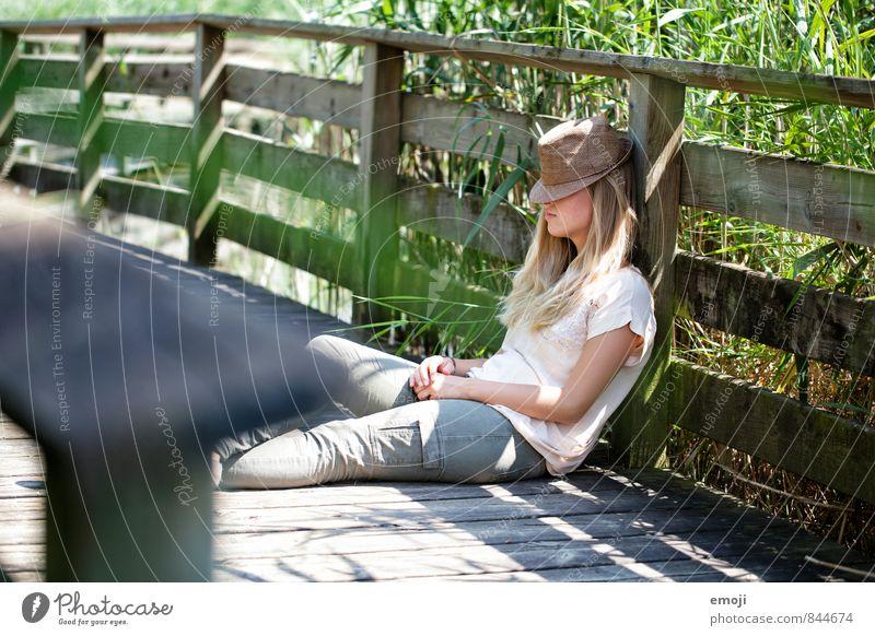 haltet die Welt an feminin Junge Frau Jugendliche 1 Mensch 18-30 Jahre Erwachsene Hut natürlich Freizeit & Hobby Pause schlafen Farbfoto Außenaufnahme Tag