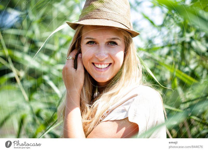 gut behütet feminin Junge Frau Jugendliche 1 Mensch 18-30 Jahre Erwachsene Hut trendy schön natürlich sommerlich Sommerlaune Glück lachen Farbfoto Außenaufnahme