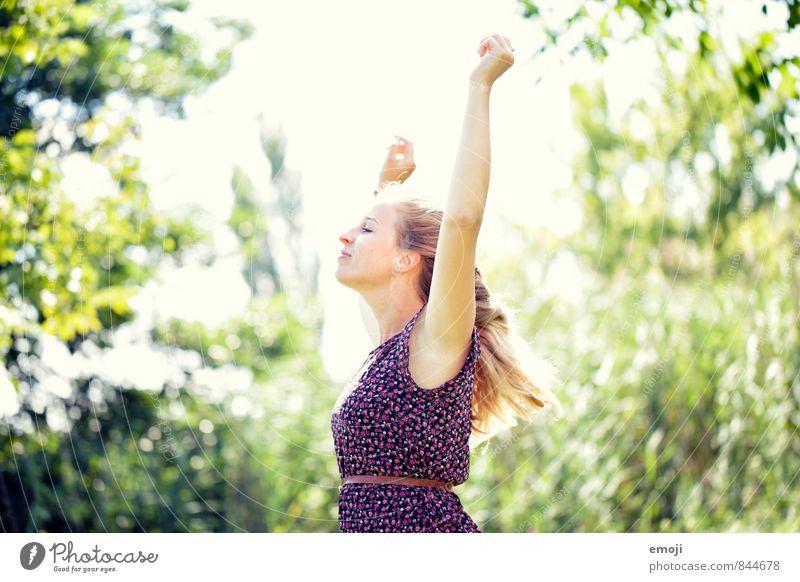 frei feminin Junge Frau Jugendliche 1 Mensch 18-30 Jahre Erwachsene Natur Sommer Schönes Wetter schön natürlich Freiheit Freude Glück Farbfoto mehrfarbig