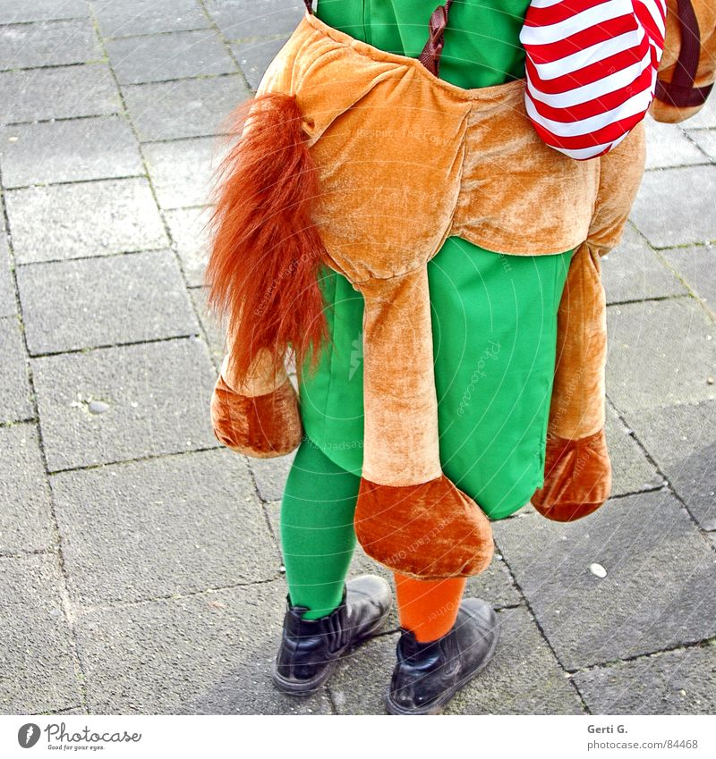 praktisch, quadratisch, Pippilotta Kind Mädchen grün Freude Straße Wege & Pfade Freundschaft orange lustig Bekleidung Pferd stehen Bodenbelag Kleid