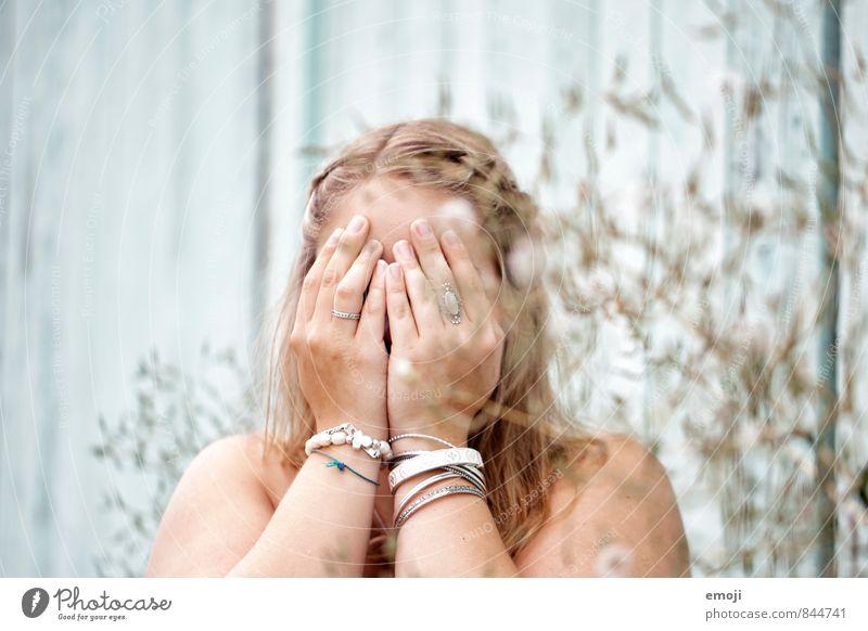ich bin dann mal weg feminin Junge Frau Jugendliche Kopf Hand 1 Mensch 18-30 Jahre Erwachsene türkis Frustration verstecken anonym Farbfoto Außenaufnahme