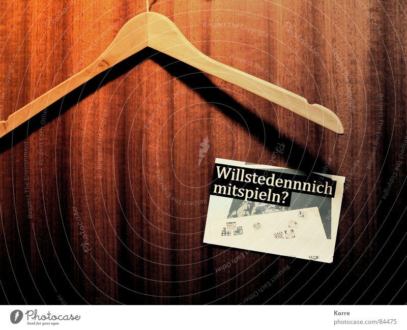 fragen aller fragen Fragen Einsamkeit Spielen Post Holz braun Zusammensein Tür Bekleidung Schriftzeichen Buchstaben Postkarte verloren Ödland Haken Kleiderbügel