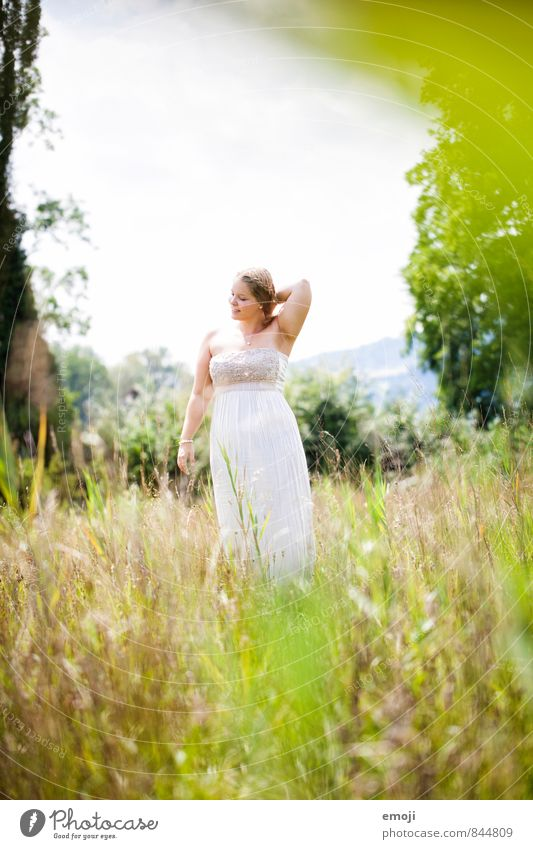 grün feminin Junge Frau Jugendliche 1 Mensch 18-30 Jahre Erwachsene Umwelt Natur Landschaft Sommer Schönes Wetter Wiese natürlich Farbfoto mehrfarbig