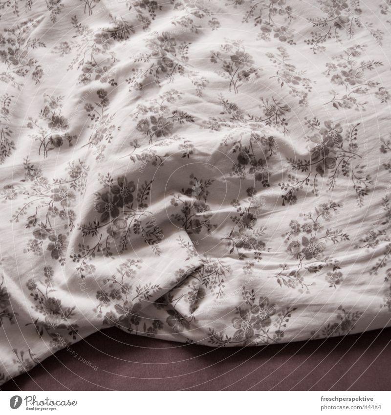 das wars dann auch schon mit blümchensex Tagträumer Blumenmuster Bettwäsche schlafen aufwachen Fußspur träumen Tagtraum aufstehen Federbett Beule Wachtraum