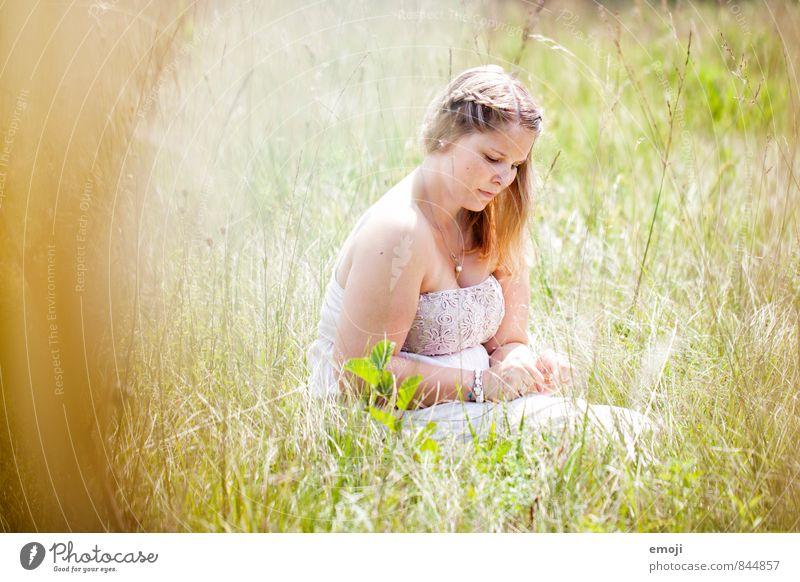 Wiese feminin Junge Frau Jugendliche 1 Mensch 18-30 Jahre Erwachsene Umwelt Natur Landschaft Sommer Schönes Wetter Feld natürlich grün sitzen Farbfoto