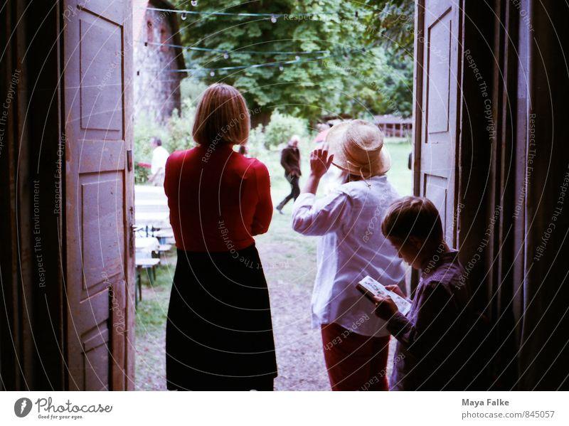 der regen geht vorrüber Mutter Erwachsene Großeltern Senior Familie & Verwandtschaft Freundschaft Kindheit 3 Mensch Frühling Sommer Klimawandel Regen Dorf