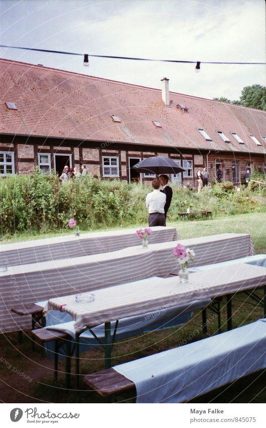 Sommerfest Mensch maskulin Freundschaft 2 Frühling Dorf Erholung sprechen Regenschirm Regenwasser Hochzeit Feste & Feiern Gast festlich Party Restaurant