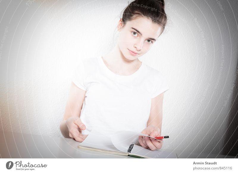 Analytischer Blick Mensch Kind Jugendliche schön weiß Junge Frau Gefühle feminin Denken Schule Lifestyle Zufriedenheit sitzen authentisch 13-18 Jahre lernen