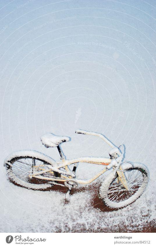 Schneekreuzer Cruiser Fahrrad Neuschnee beige rot Hochformat Überraschung rein hell kalt frisch unberührt Menschenleer Winter Vergänglichkeit Freizeit & Hobby