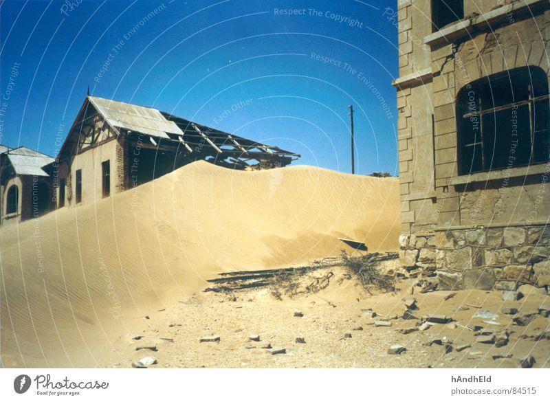 Anybody home? Ödland Geisterstadt Verfall verloren Einsamkeit Vergänglichkeit trist Erde Sand Wüste Stranddüne Angst blau und gelb exodus wüstenei morbid