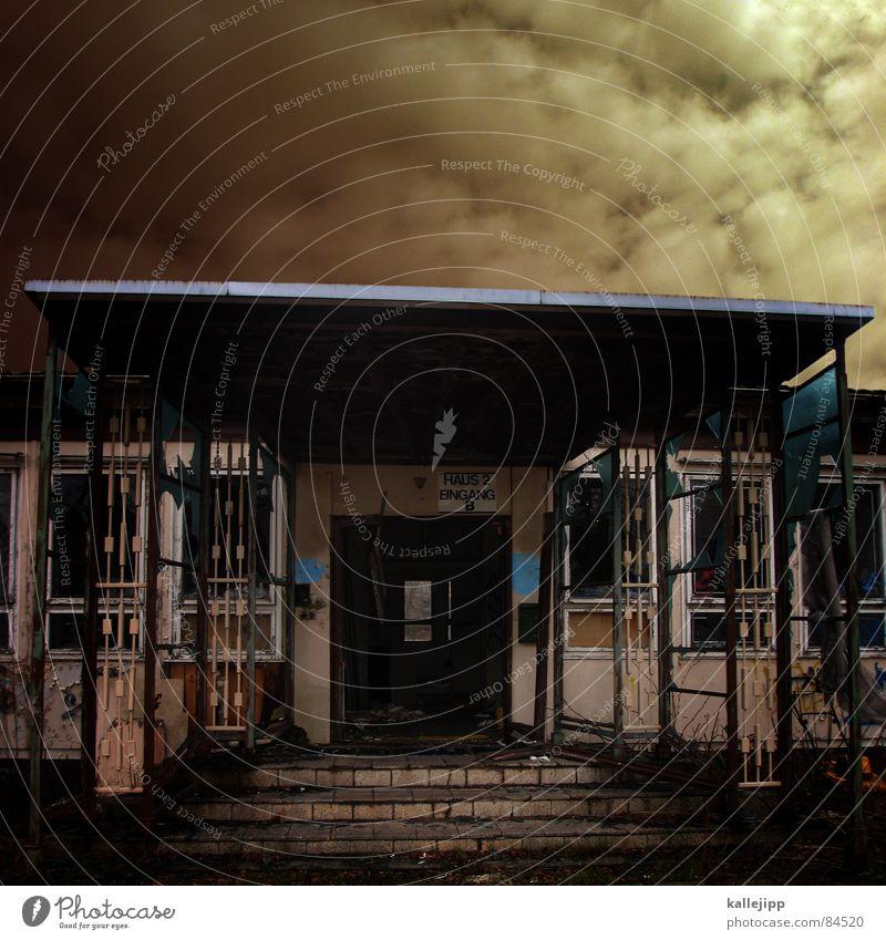 come in and find out gesplittert Fixer Drogensucht Straftat Industriebau Aggression Eingang verfallen Haus Fensterscheibe kaputt Grenze Mauerstreifen dunkel