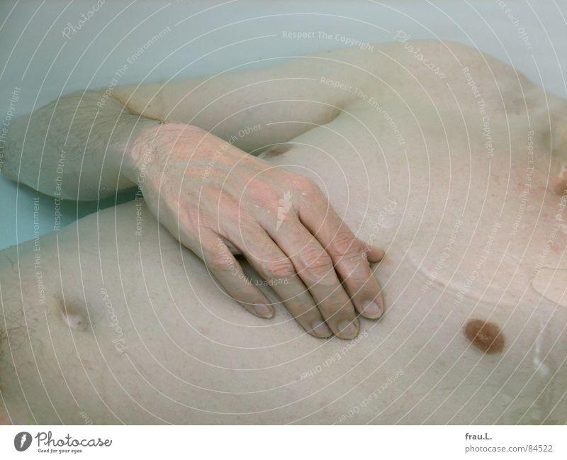 im Wasser Bad Bauchnabel Hand Brustwarze Badewanne Badewasser Mann Freizeit & Hobby Schwimmen & Baden Arme liegen Haut Waschen