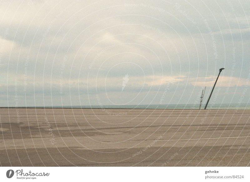 Hafen Barcelona Himmel Meer Strand ruhig Einsamkeit Ferne kalt Landschaft grau Küste modern mehrere Hoffnung trist viele Filmindustrie