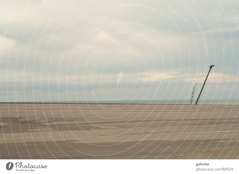 Hafen Barcelona Unikat mehrere grau Ferne Meer verwaschen Einsamkeit Erscheinung trist Hoffnung Außenaufnahme Laterne Himmel kalt Randzone Stadtteil Ödland