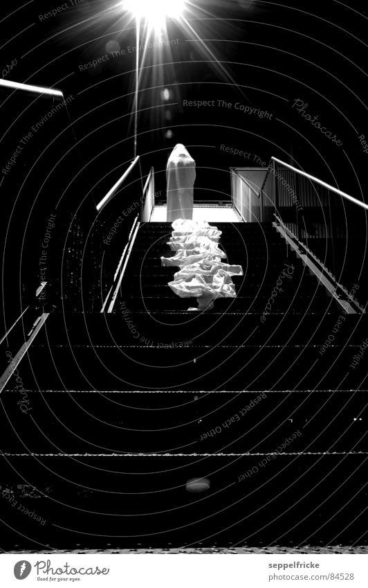 Erscheinung Licht unheimlich dunkel aufsteigen Streulicht geisterhaft außergewöhnlich verdunkeln Schattendasein gruselig Bahnhof Angst Panik Schwarzweißfoto Tod