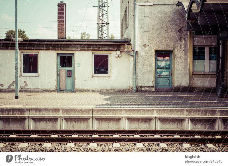 Warten auf ... Ferien & Urlaub & Reisen Menschenleer Bahnhof Mauer Wand Fenster Tür Schienenverkehr Bahnfahren Bahnsteig Gleise Beton warten hässlich braun grau