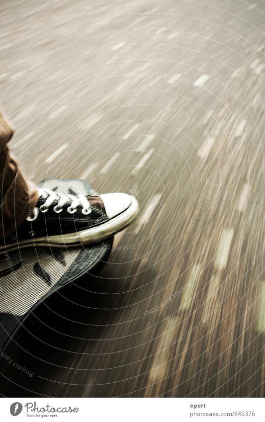 Asphaltsurfer Straße Bewegung Wege & Pfade Sport Fuß Freizeit & Hobby Zufriedenheit Perspektive Geschwindigkeit fahren sportlich Skateboarding Mobilität Surfen
