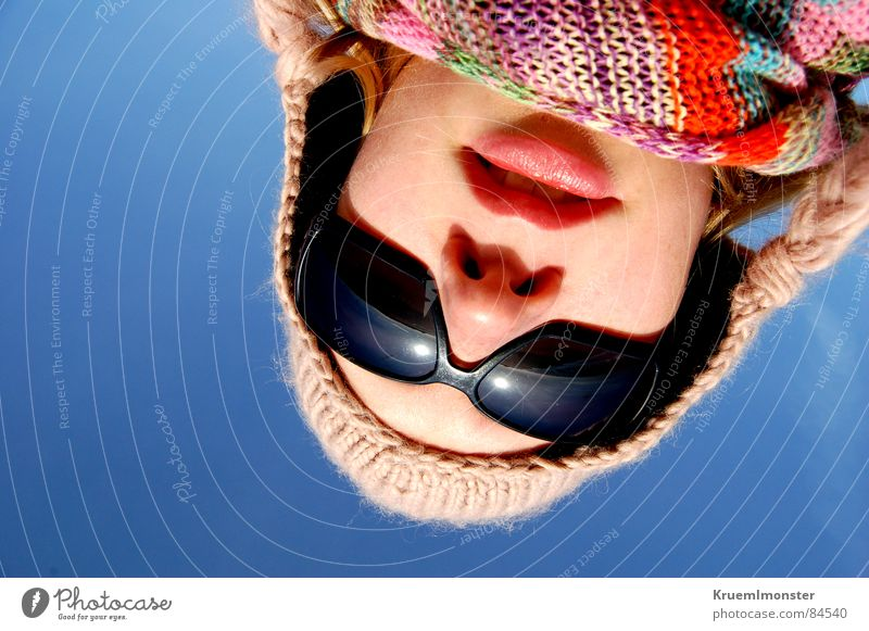 Was guckst du? frieren Sonnenbrille kalt Schal Mütze Lippen Geborgenheit erleuchten Gesichtsausdruck Zopf mehrfarbig Meinung unten Froschperspektive Himmel