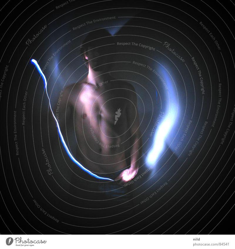 (Halb)akt im (halb)Dunklen Licht Langzeitbelichtung Oberkörper dunkel mystisch Lichtspiel Akt Mann Männeroberkörper Männlicher Akt Low Key Leuchtspur