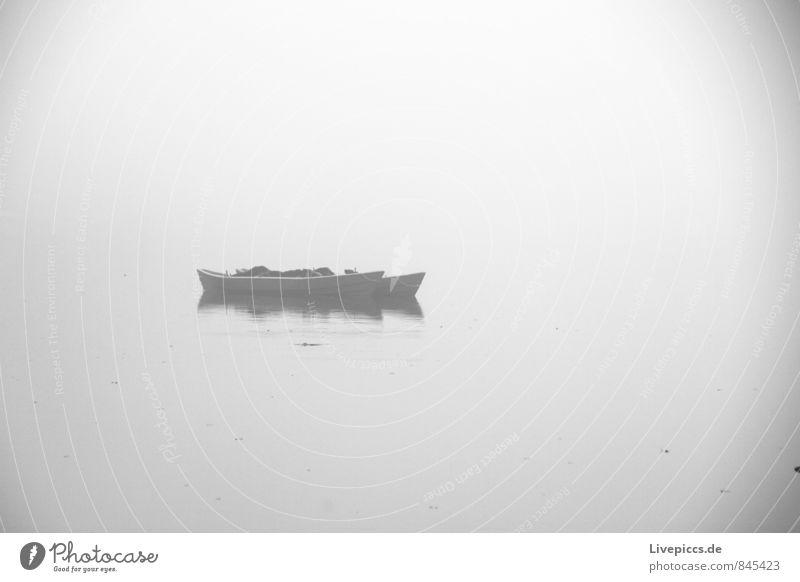 Hafen am Sumpfsee Angeln Ferien & Urlaub & Reisen Umwelt Natur Wasser Wolken Herbst Nebel Seeufer Fischerboot liegen kalt nass grau schwarz weiß Gelassenheit