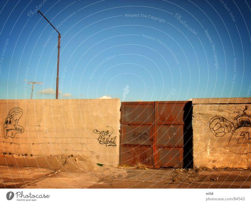 Rostiges Tor Himmel gelb grau Graffiti braun einfach München Klarheit geheimnisvoll verfallen Langeweile Schönes Wetter Eisen Mexiko