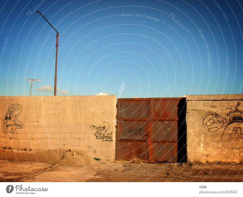 Rostiges Tor Himmel gelb grau Graffiti braun einfach München Klarheit geheimnisvoll Tor verfallen Rost Langeweile Schönes Wetter Eisen Mexiko