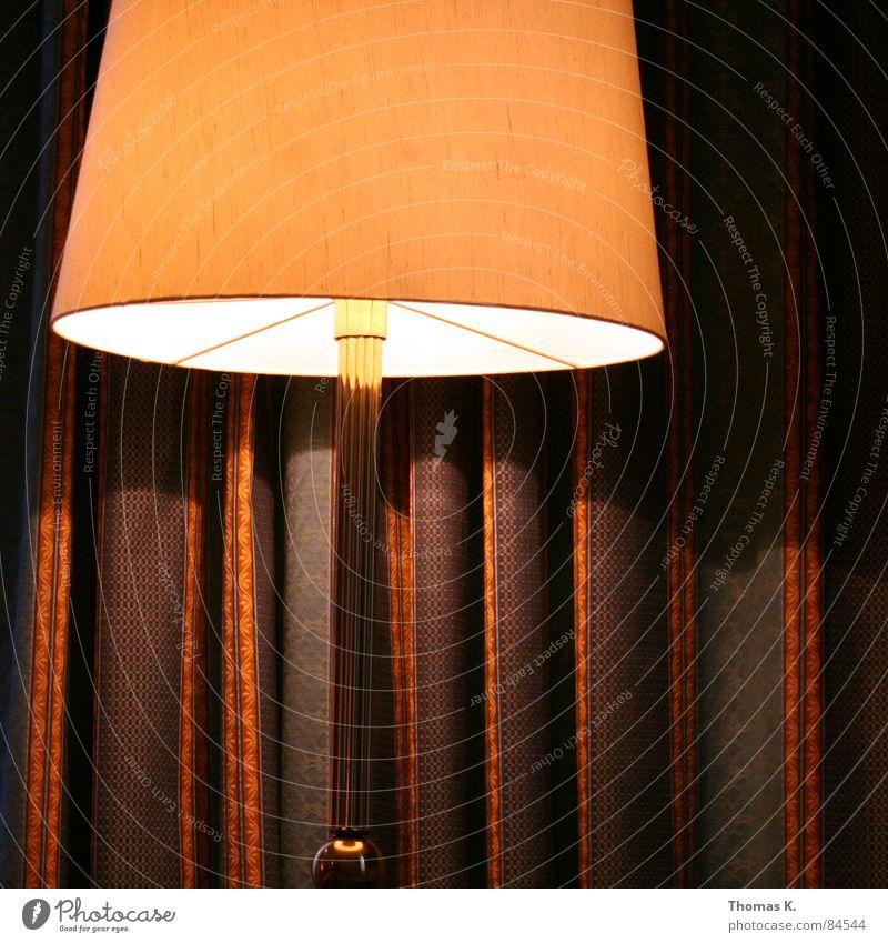 Ein Stummer Zeuge. Licht Stehlampe Vorhang Gardine Muster Glühbirne Langeweile nachtischschlampe Nachttischlampe Lichterscheinung Lichtschein lichtmaschine