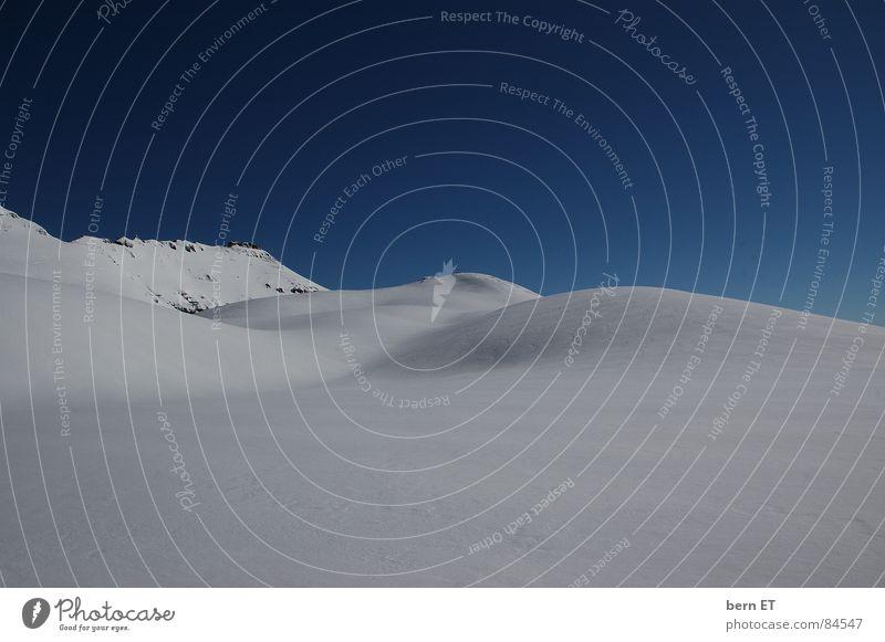 alpine Schneehügel Wölbung Hügel rund kalt unberührt Einsamkeit Wildnis Himmel weiß Eis Winter Schönes Wetter ursprünglich Berge u. Gebirge Klarheit hügelig