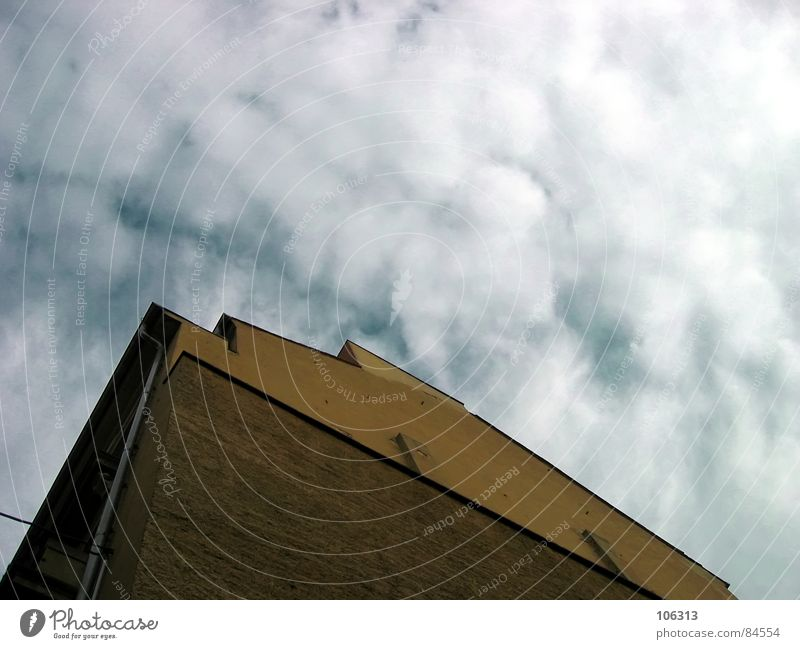 EIN DOOFES HAUS sen. Aussicht Wolken himmelblau Schlag Graf-Adolf-Platz Gebäude Haus Dachrinne leer Dresden Neustadt Wasserfahrzeug Hochhaus Denkmal old-school