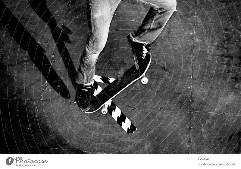 arrow - ollie Sport springen Stil Bewegung Holz Aktion Pfeil Skateboarding sportlich lässig Rolle ziehen gestreift Halfpipe Funsport Parkdeck
