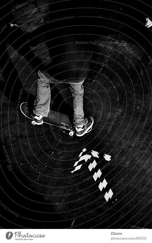 skate to the left liegen Skateboarding links fahren Richtung Himmelsrichtung Halfpipe gestreift Muster Holz Aktion Sport Stil lässig Salto Funsport Jeanshose
