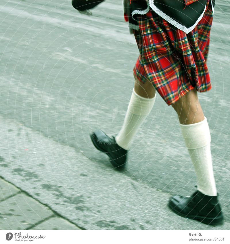 foot luck™ - die Serie - part 1 Fußpfleger gehen Joggen wandern marschieren vorwärts Schuhe 2 Jogger Spaziergang Schuhsohle Strümpfe Schottland Kilt Lackschuhe