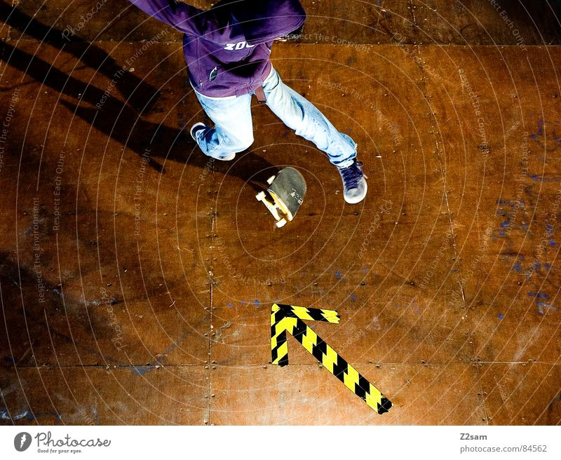 arrow - 360-Flip 4c gelb Farbe Sport springen Stil Bewegung Holz Aktion Pfeil Skateboarding Dynamik sportlich lässig Rolle ziehen gestreift