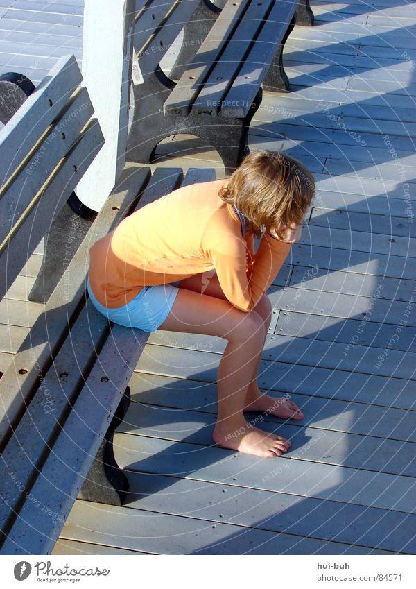 Alleine auf einer Bank, während die Sonne untergeht.. Kind Ferien & Urlaub & Reisen Jugendliche Einsamkeit ruhig kalt Wärme Bewegung Denken Freiheit sitzen