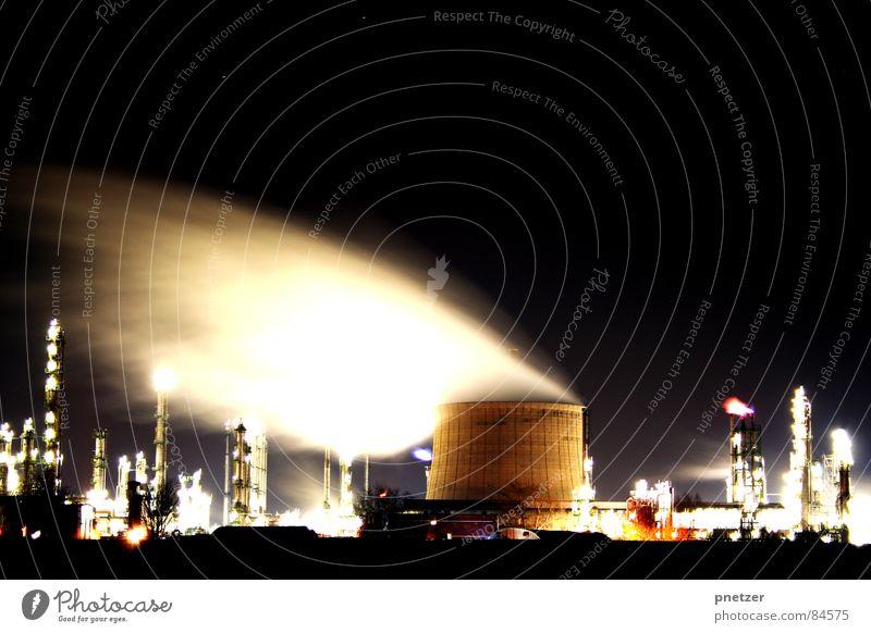 Nachtschicht Gebäude Brand Industrie Fabrik Baustelle Rauch Köln Bauwerk Alkohol Flamme Schornstein Wasserdampf Dunst Branche Gewerbe Kunstwerk