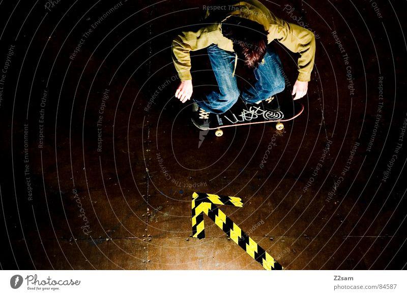 arrow - roll 4c bücken Halfpipe gestreift Muster Holz springen Aktion Sport Skateboarding Stil lässig gelb grün Licht Funsport geklebt Pfeil Ollie Parkdeck