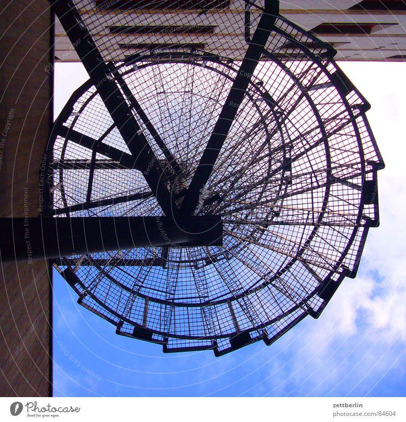 Sicherheitschnecke Metalltreppe Harrier Lebenslauf Wendeltreppe Spirale Karriere vertikal steil Froschperspektive Haus Wand Fenster Mauer aufsteigen Wolken